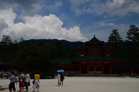 夏雲の湧く平安神宮