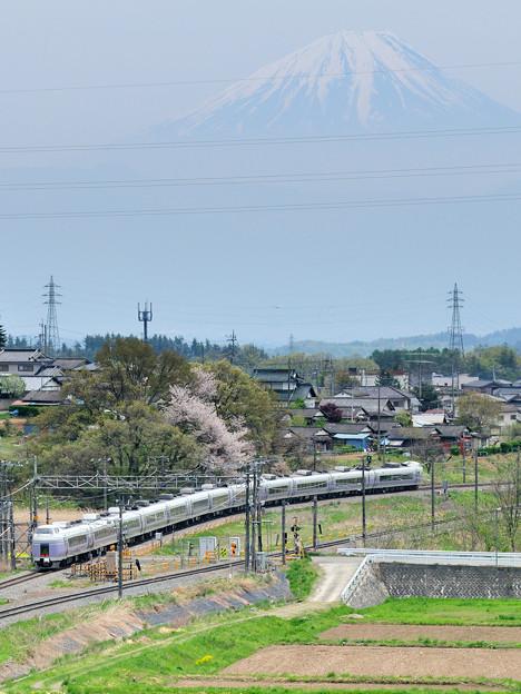 富士山をバックに里山を行くE351系中央線特急スーパーあずさ号