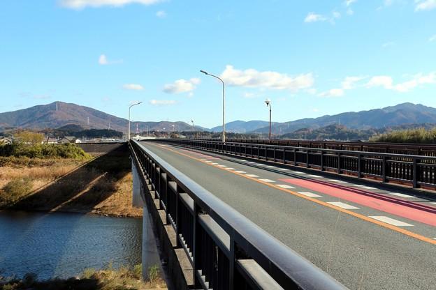 写真: 愛知県道499号線の豊川に架かる「加茂橋」