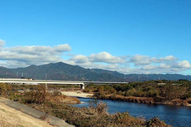 写真: 豊川と東名高速と本宮山
