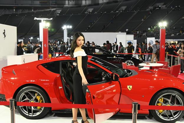 写真: Ferrariとお姉さん