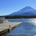 写真: 冬日キラキラ精進湖。