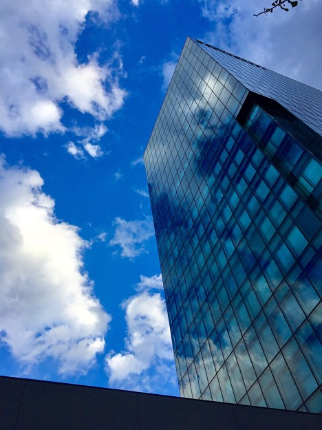 ビルに映る雲