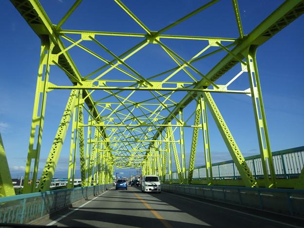 黄緑色の橋がきれい