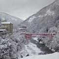 写真: 雪の新山彦橋
