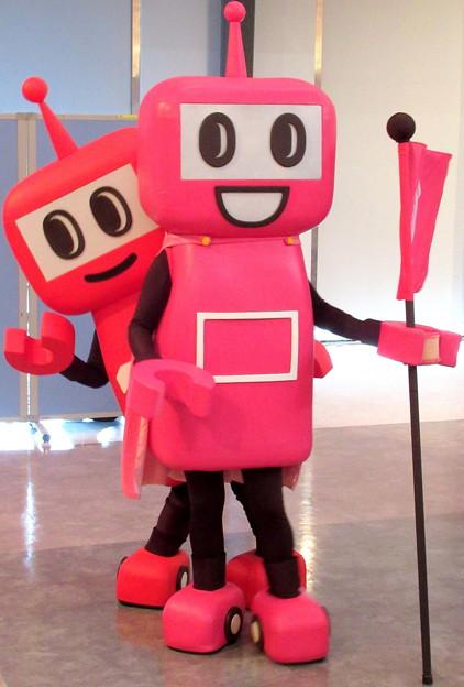 PASMOのロボットの陰からPASMOのミニロボットのチラッ