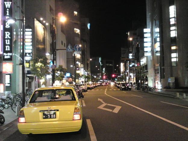 Photos: 徳島最大歓楽街の秋田町で新春客待ちに並ぶタクシーの列。注連飾りを...
