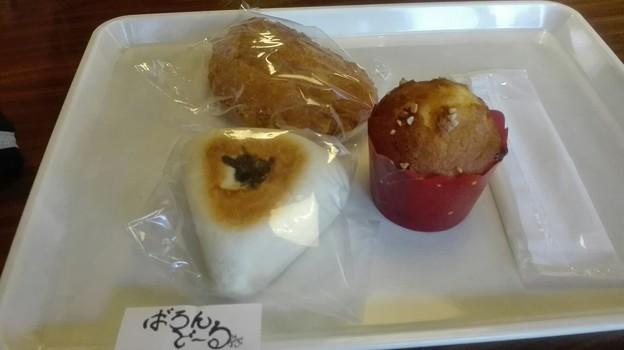 写真: マフィン/クリームパン/おにぎり高菜パン
