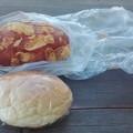 写真: カレーパンとクリームパン
