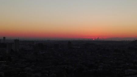 東の空の日の出まえ(横浜ランドマークタワーがみえる)