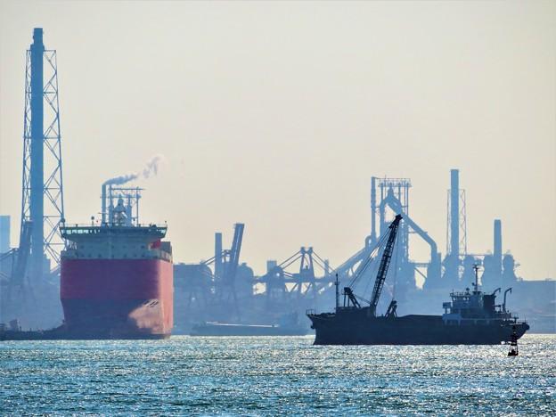 写真: 絵のような風景 船と工場