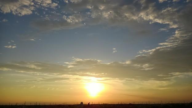 写真: 夕日を取り巻く