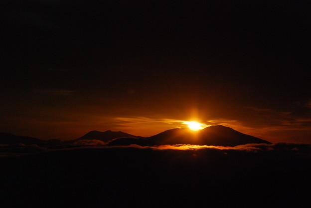 写真: 浅間山からの日の出