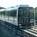 写真: 公園西駅に停車するリニモ - 2