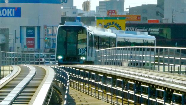 杁ヶ池公園駅手前のカーブを曲がるリニモ - 2
