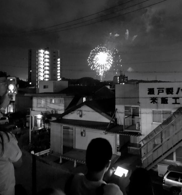 せともの祭 2017 No - 37:瀬戸蔵の階段から見た花火(モノクロ)