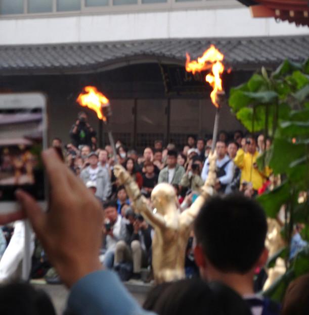 大須大道町人祭 2017 No - 30:今年も大勢の人が見に来ていた、大光院の大駱駝艦の金粉ショー.