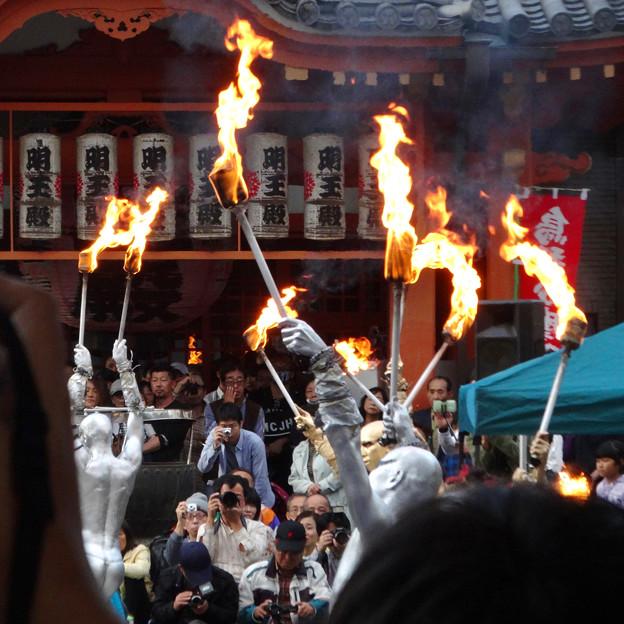 大須大道町人祭 2017 No - 35:今年も大勢の人が見に来ていた、大光院の大駱駝艦の金粉ショー.