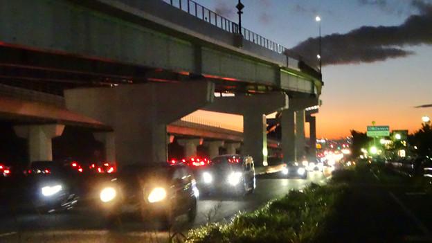 大勢の車が行き交う、夕暮れ時の県道6号線