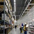 写真: オープン1ヶ月後でも大勢の人で賑わう「IKEA長久手」 - 34:巨大な棚がある1階の倉庫兼ショールーム