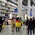 写真: オープン1ヶ月後でも大勢の人で賑わう「IKEA長久手」 - 38:巨大な棚がある1階の倉庫兼ショールーム
