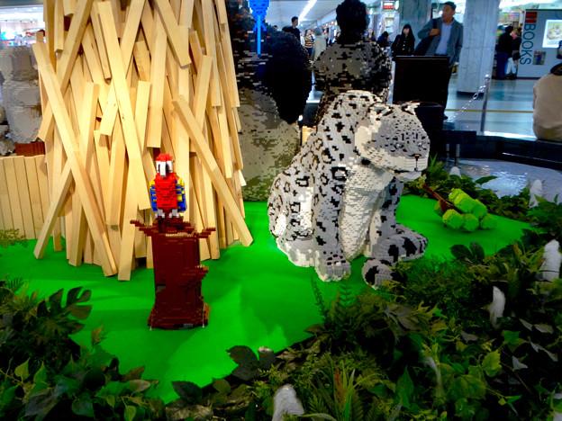 クリスタル広場:レゴで作った東山動植物園の「ユキヒョウ」? - 1