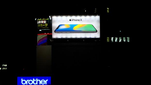 久屋大通沿いの目立つ「iPhone X」の広告(夜) - 1