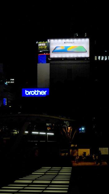 久屋大通沿いの目立つ「iPhone X」の広告(夜) - 3