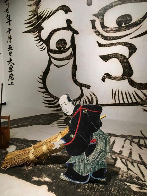 名古屋市博物館:特別展『北斎だるせん!』No - 6(特別展内の撮影スポット、大だるまを描く北斎)