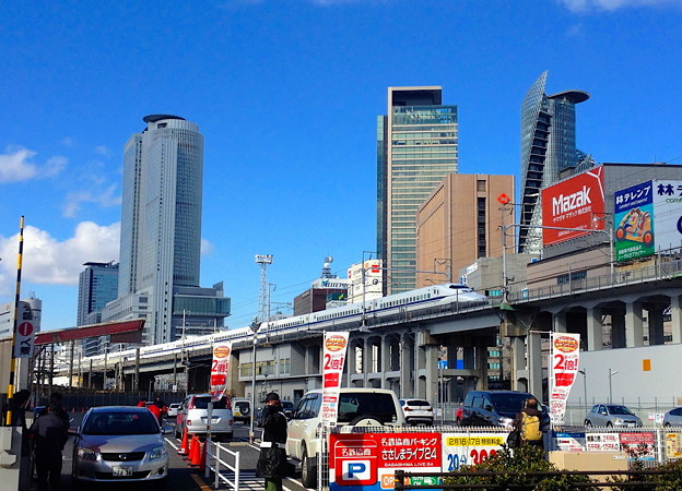 名駅ビル群をバックに走る新幹線(2013年撮影)- 2