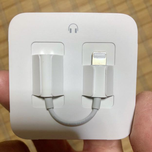 iPhone 8の箱と内容物 - 5:Lightning - ヘッドホンジャック変換ケーブル