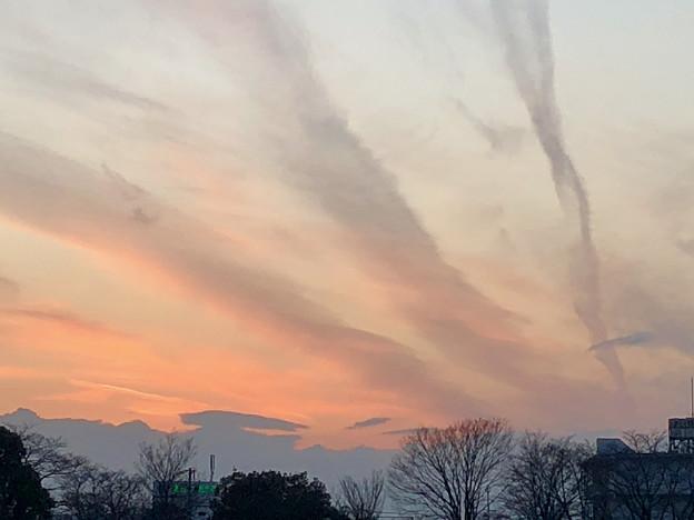 落合公園:落合池の夕焼け - 7(空に伸びる三本の雲)