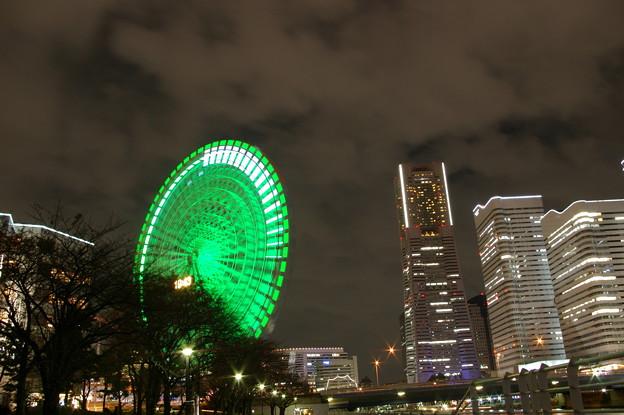 写真: 大きな時計とランドマークタワー
