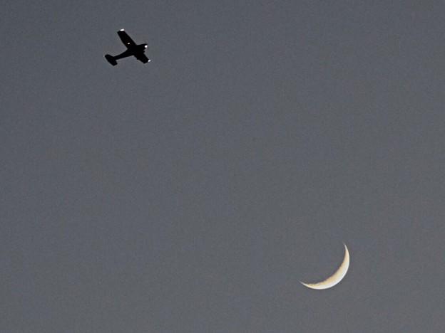 月と飛行機@湘南・鵠沼海岸 #湘南 #藤沢 #海 #波 #wave #surfing #mysky #moon #月 #飛行機