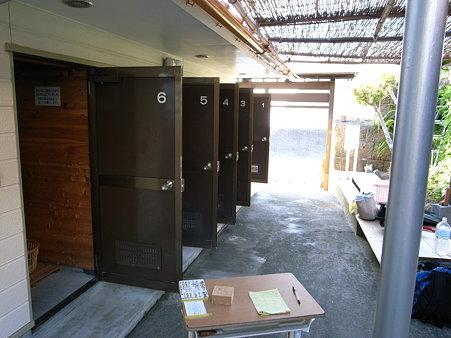 岩地海岸の「六右ェ門」温水シャワーは個室がズラっと並ぶ