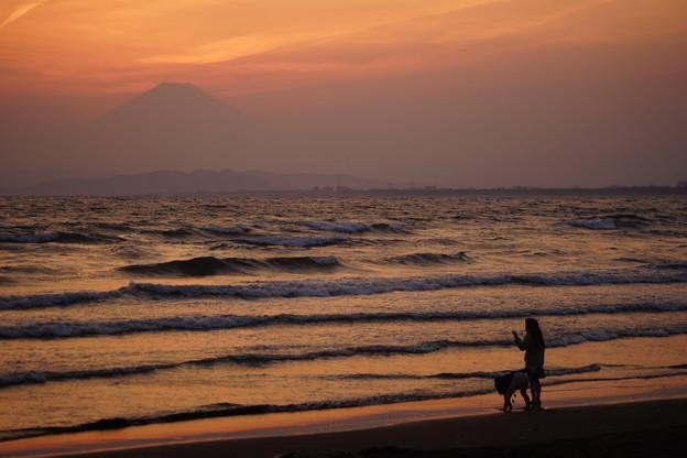 写真: 浜の夕暮れ