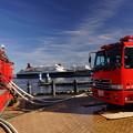 写真: 船と消防車