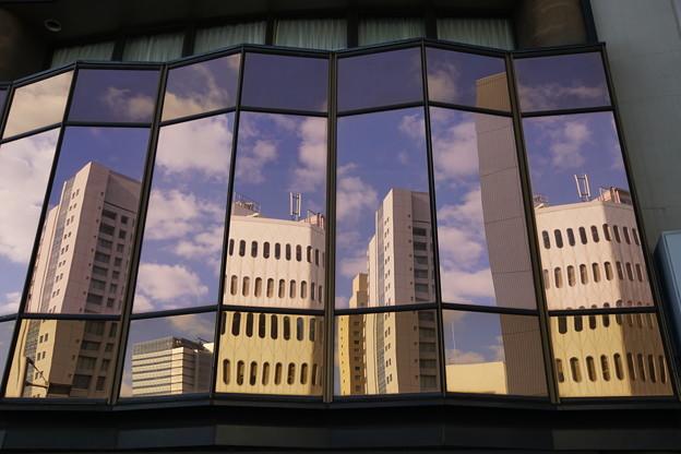 窓に映るビル群