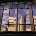 写真: 窓に映るビル群