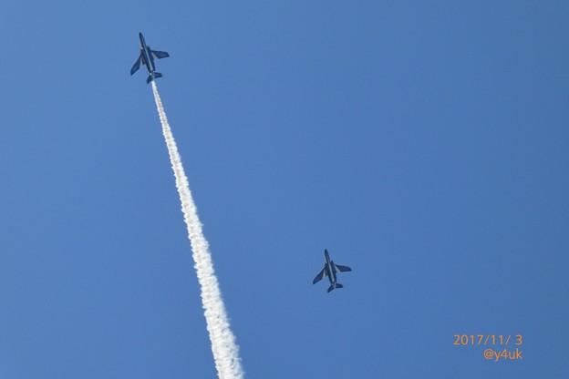 写真: 13:57頭上をブルーインパルス速い近い迫力!~ズーム画角で構図入ったー( ´ ▽ ` )