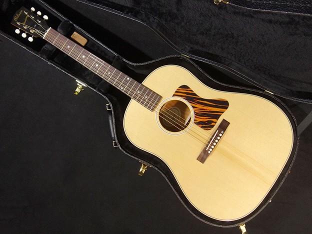 点検調整中の愛用のギター(Gibson  J-35 AN)