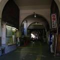 写真: 国道駅のアーケード