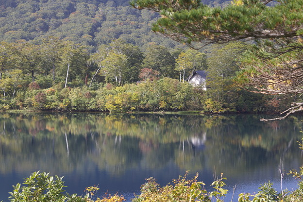 写真: 湖畔の宿