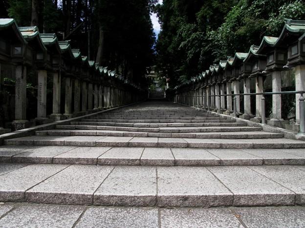 石畳の参道:宝山寺02