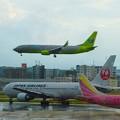写真: 着陸、離陸待機、移動~福岡空港