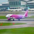 写真: 福岡空港 PEACH着陸