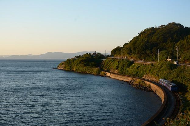 夕日さす入り江