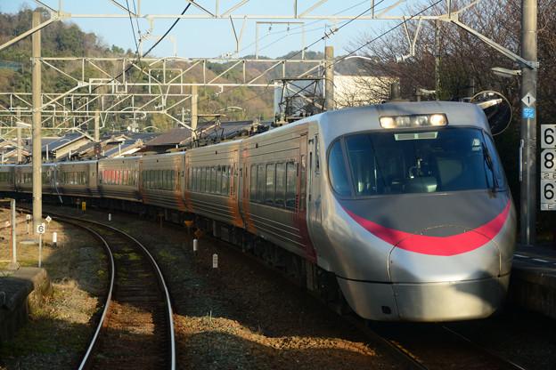 菊間駅を通過する8000系