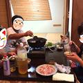 写真: 鍋をつついて家族団らん