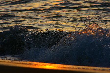 日本海の夕暮れと、打ち寄せる波